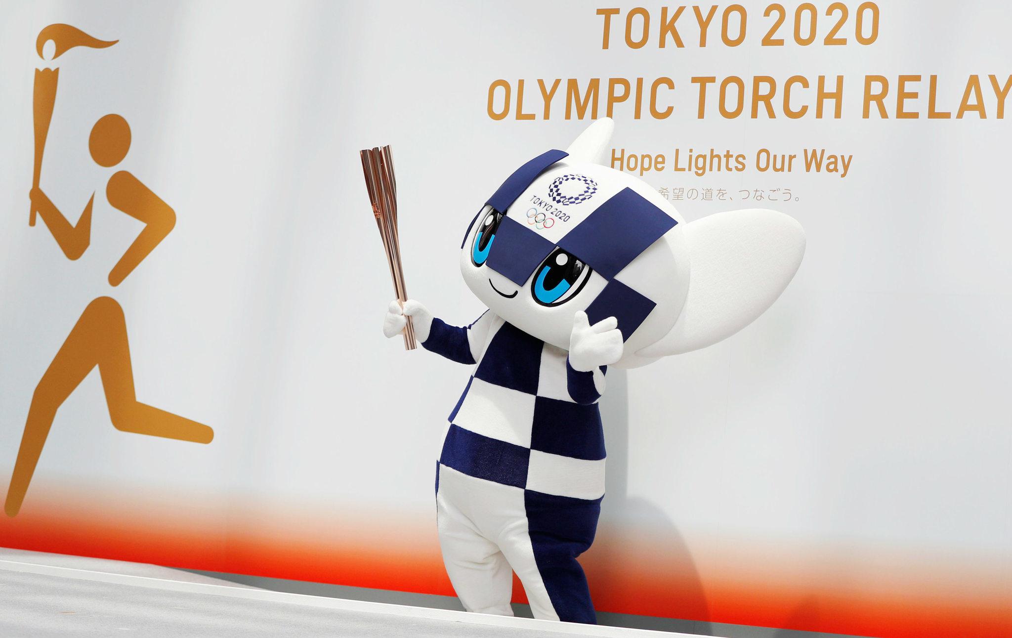 Miraitowa sostiene la Antorcha de Tokyo 2020