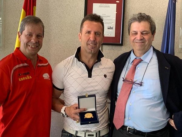 Manel Berdonce muestra la medalla entregada por el doctor Antonio...