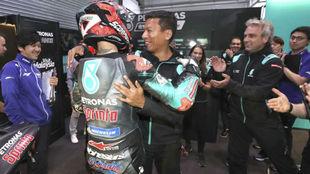 Razlan Razali abraza a Fabio Quartararo.