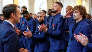 Griezmann hace el saludo militar para saludar al presidente de la...