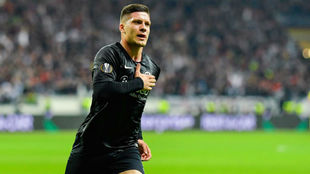 Jovic celebra un gol con el Eintracht durante la pasada temporada.
