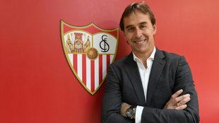 Monchi posa junto a un escudo del Sevilla.
