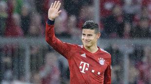 James saluda a los aficionados durante un partido.