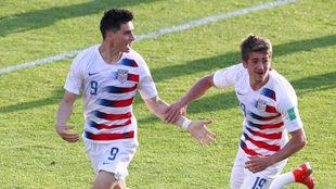 Sebastián Soto, a la izquierda, celebra uno de los tantos de Estados...