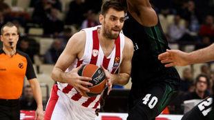 Kostas Mantzaris jugando con el Olympiacos en la Euroliga