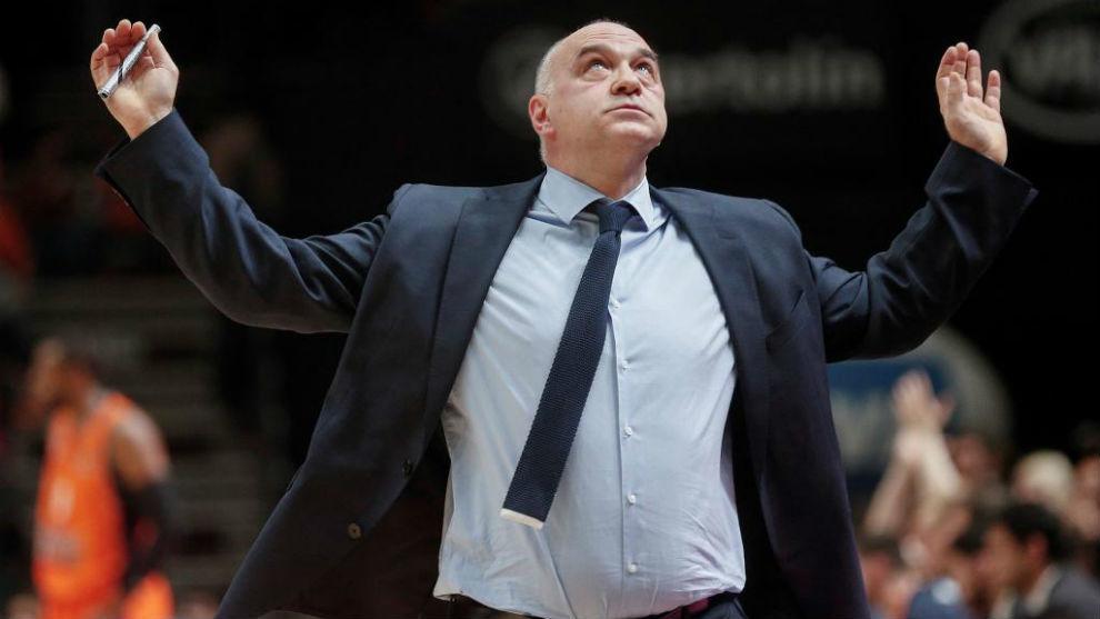 Pablo Laso, gesticula en un partido ante el Valencia Basket.