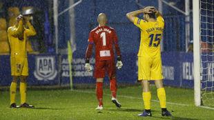 Los jugadores del Alcorcón se lamentan en el partido contra el Elche...