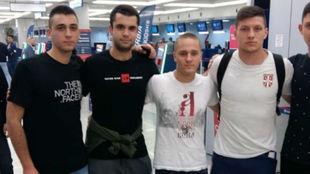 Jovic, posando junto a un grupo de aficionados en el aeropuerto de...