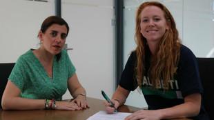 Emily, firmando su renovación junto a la consejera Mariví López