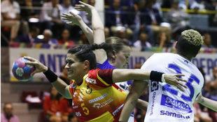 La pivote española María Núñez trata de lanzar ante Islandia /