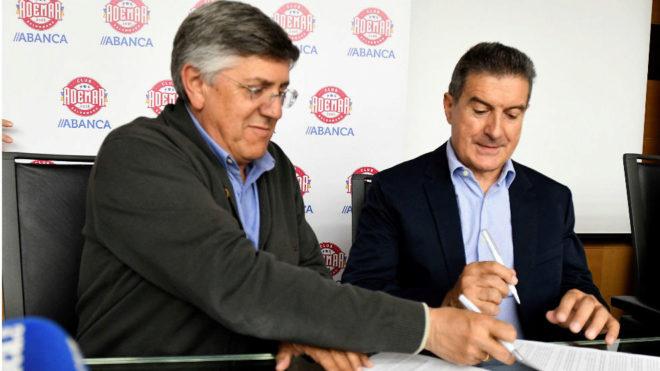 Manolo Cadenas y el presidente del Ademar, en el acto de firma del...