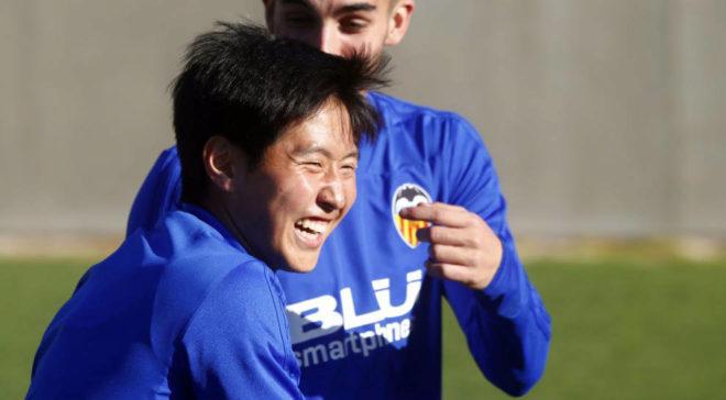 Kangin sonríe durante un entrenameinto del Valencia
