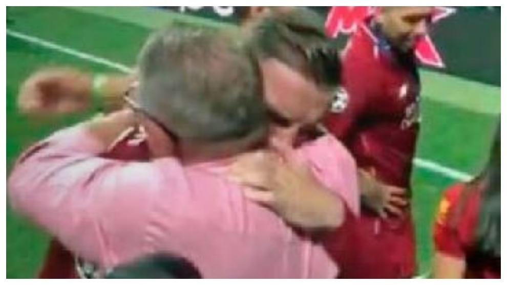 Henderson se abraza a su padre tras la final de la Champions.