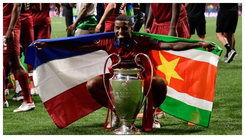 Wijnaldum posa con las banderas de Holanda y Surinam tras ganar la...
