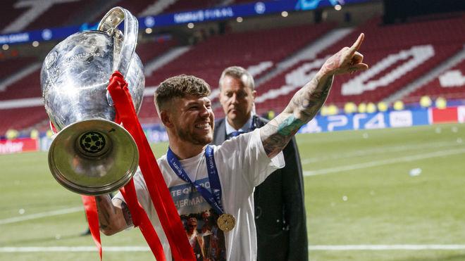 Alberto Moreno saluda con el título de la Champions.