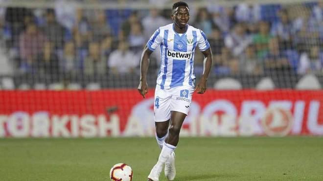 Omeruo conduce el balón en un partido con el Leganés.