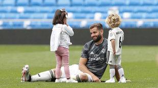 Nacho Fernández, con sus hijos sobre el césped.
