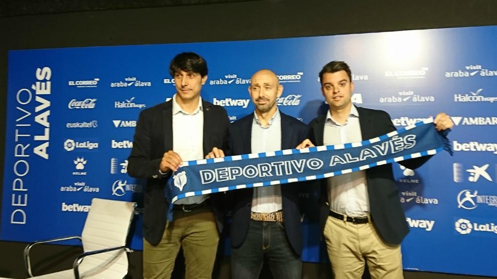 Óscar Garro (centro) en su presentación como nuevo director de base...