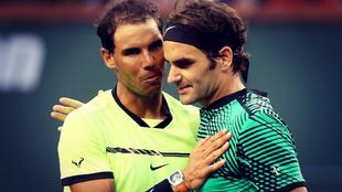 Rafa Nadal y Roger Federer se saludan después de uno de sus últimos...