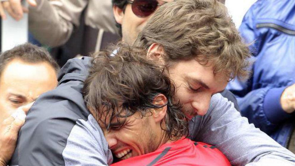 Pau Gasol se abraza a Rafa en la grada de la Philippe Chatrier