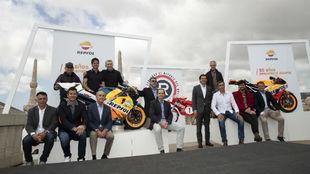 Los pilotos, con varias de las motos patrocinadas por Repsol.