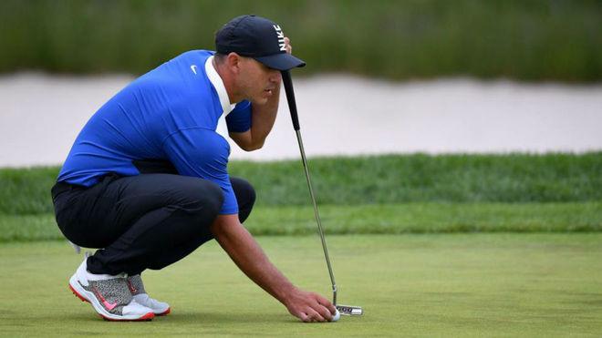 Brooks Koepka se dispone a patear en el PGA.