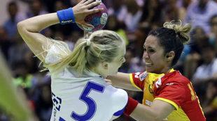 Mireya González, en una acción defensiva ante Jonsdottir.