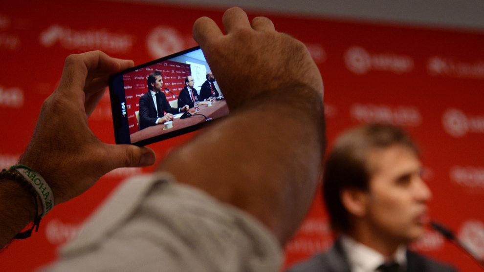 Lopetegui, fotografiado por un teléfono durante su presentación.