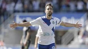 Carlos Ruiz celebra un gol con el Tenerife.