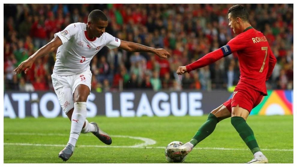 Cristiano recorta a Akanji para anotar el tercer gol.