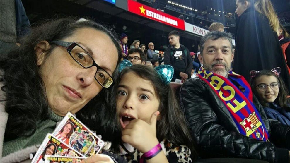 María Vázquez con su familia mostrando los cromos que ha elaborado