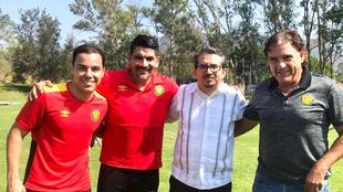 Omar Bravo con el cuerpo técnico de Leones Negros