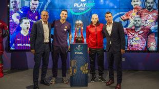 Los técnicos y los capitanes del Barça Lassa y ElPozo posan junto al...