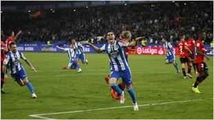 Carlos Fernández celebra uno de sus goles con el Deportivo