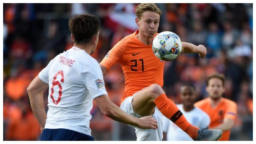 De Jong trata de controlar un balón en presencia de Maguire.