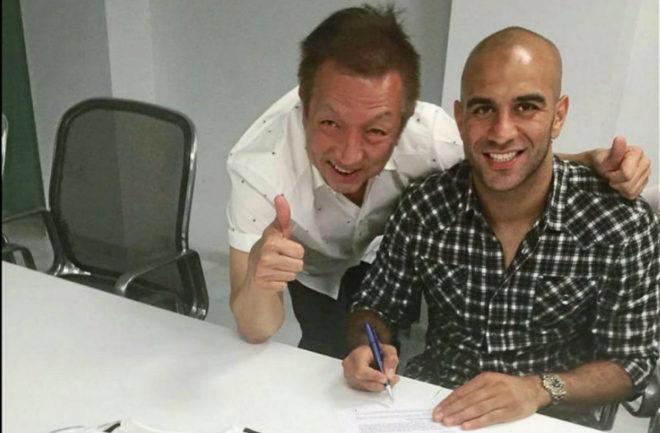 Lim muestra orgulloso el momento de la firma de Abdennour en 2015.