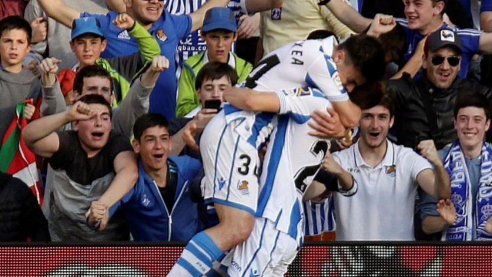 Barrenetxea y Aihen se abrazan tras el gol del primero al Real Madrid.
