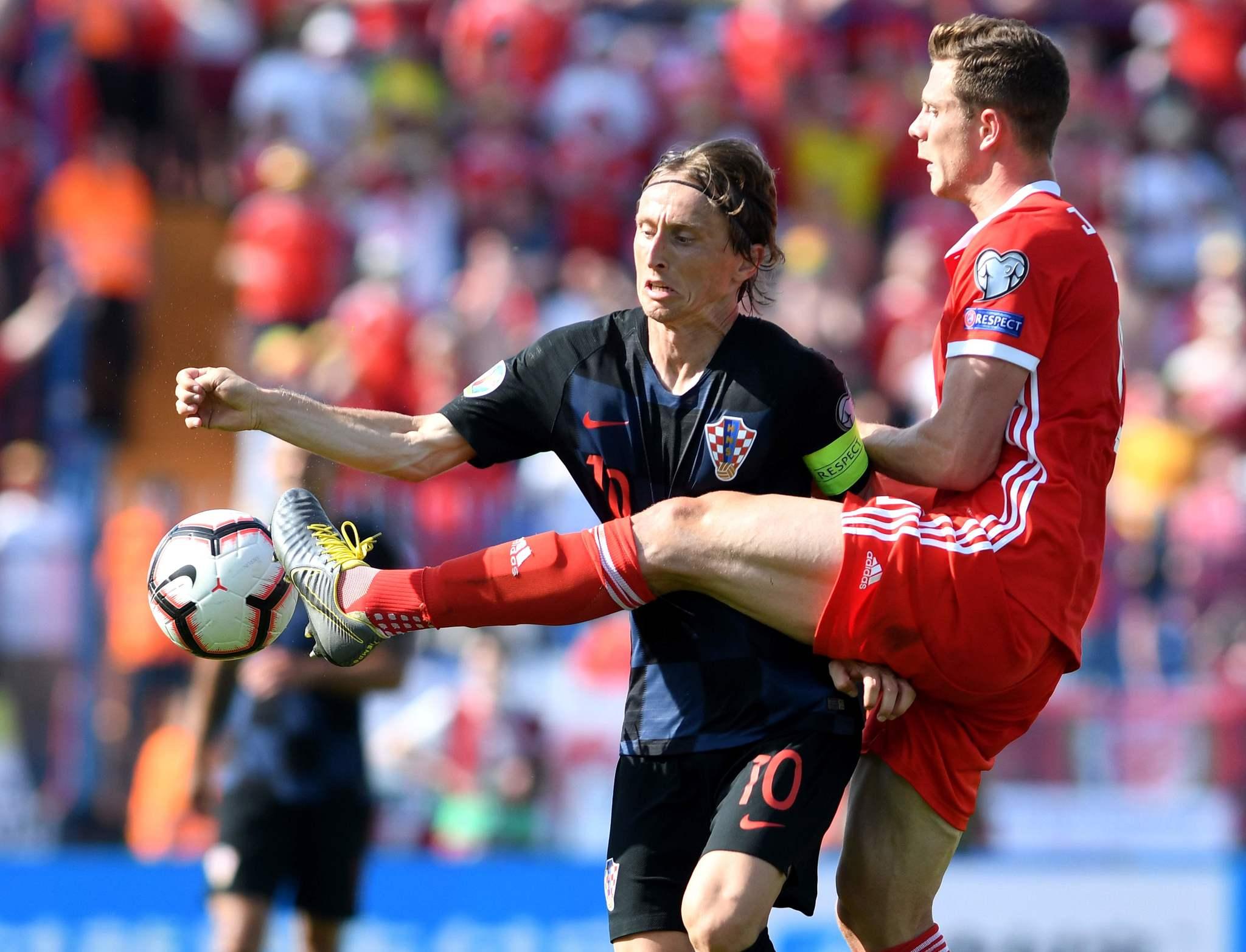 Luka Modric, en pugna con el galés James Lawrence.