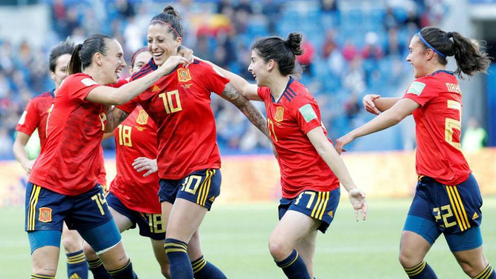 Las jugadoras de España celebran un gol de Jenni ante Sudáfrica.