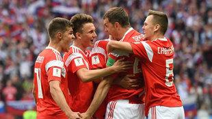 Los jugadores de Rusia celebran un tanto de Dzyuba, en una imagen de...