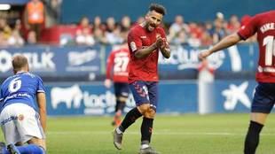 Rubén García aplaude, mientras Carlos Hernández se levanta del...