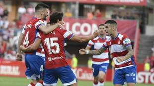 Los jugadores del Granada celebran uno de los tantos.