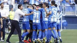 Los jugadores del Málaga se abrazan para celebrar uno de los tantos.