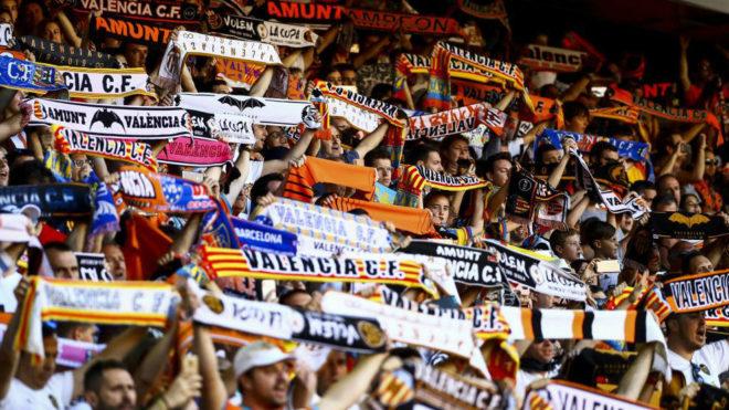 Aficionados del Valencia en la grada de Mestalla.