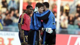 Casillas se abraza a Molina el día de su debut con España.