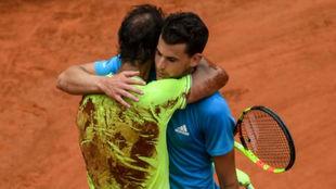 Nadal y Thiem se funden en un abrazo tras la final de Roland Garros