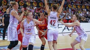 Tamara Abalde se dispone a lanzar rodeada por jugadoras belgas.