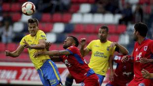 Ledes intenta evitar el remate de un jugador de Las Palmas.