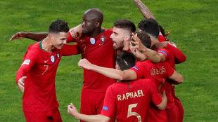 Los jugadores portugueses celebran el gol.