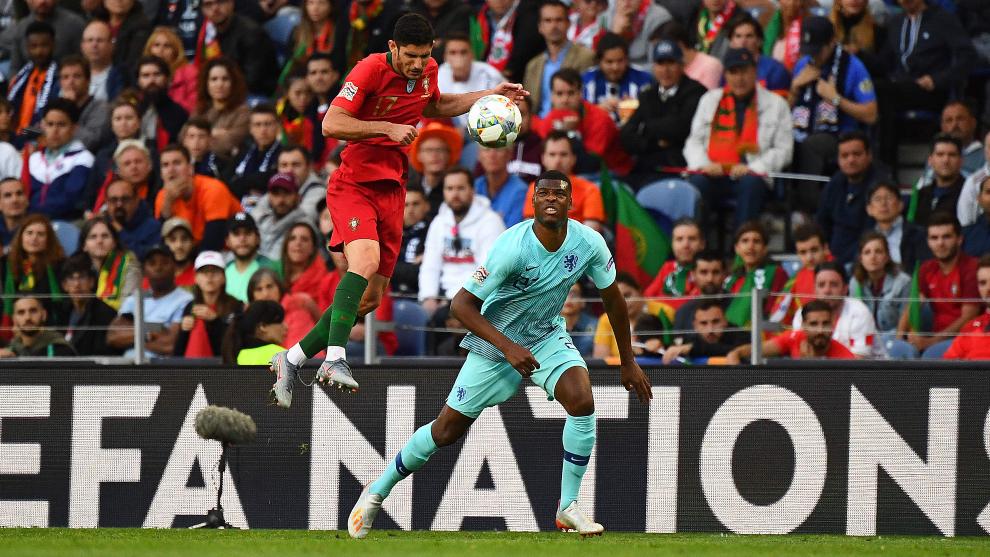 Guedes salta ante Dumfries en el partido Portugal-Holanda.